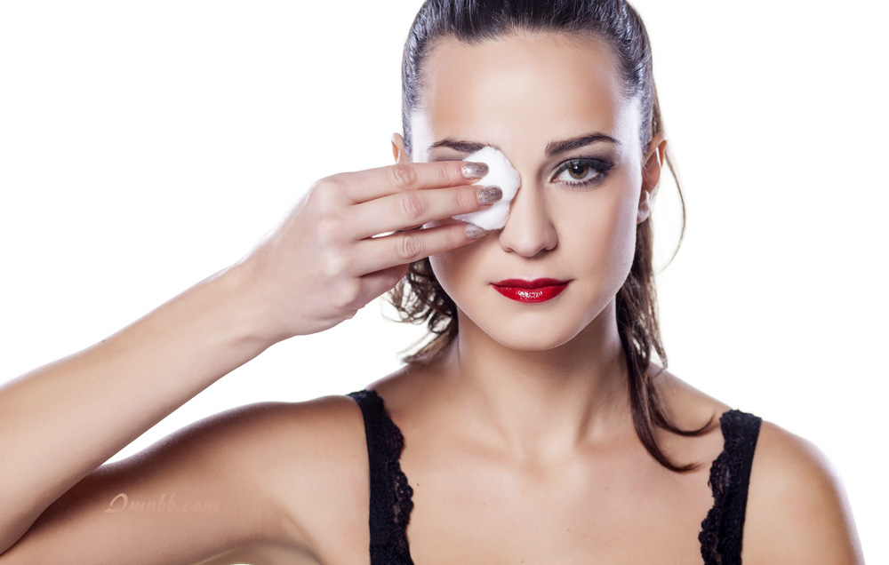 Removing Eye Makeup With Coconut Oil
